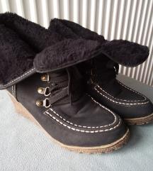 Crne nalozene cipele na platformu