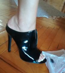 Nove papuce na stiklu