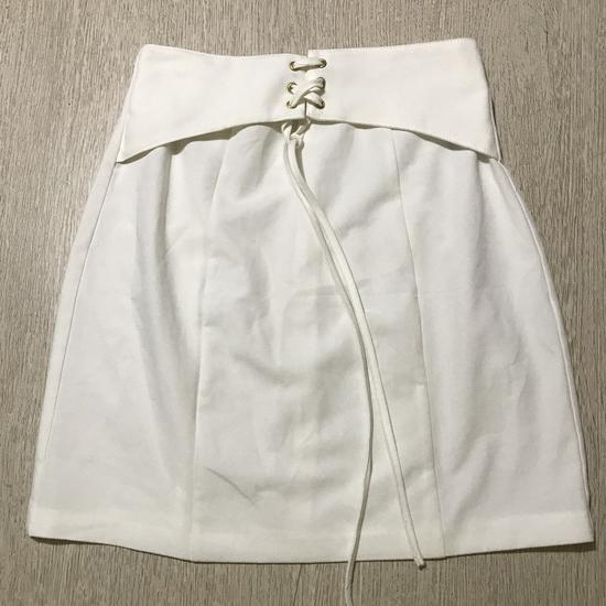 Bela suknja na vezivanje