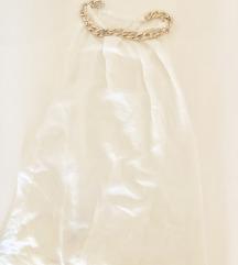 Bela bluza sa zlatnim lancicem