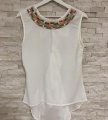 Bela bluza neobicnog kroja
