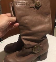 Cat kozne cizme nosene par puta