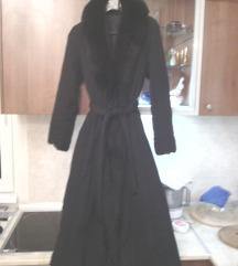 Crna luksuzna  bunda sa velikom lisicom 42/44