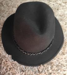 Bershka crni vuneni šešir