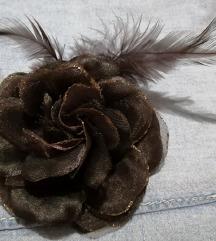 Broš ruža sa perjem