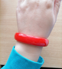 Crvena plastična narukvica