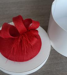 Svečani crveni šešir