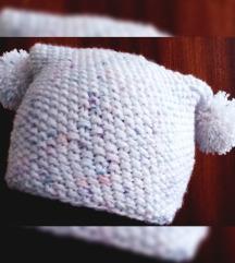 Nežna snežna pompom kapa