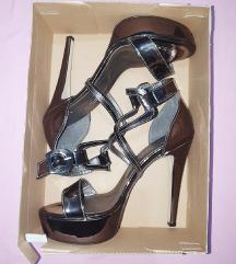 Nove metalik stikle pumps sandale