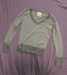 40. Džemper pamučni, na pruge, sivo beli, V izrez