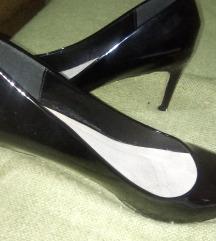 Divne crne lakovane cipele