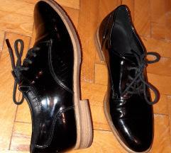 Crne lakovane ravne cipele