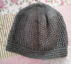 Siva kapa koja se sija pletena