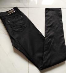 Crne glatke pantalone