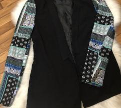 Zanimljiv crni sako sa sarenim rukavima