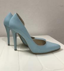 Plave cipele na stiklu