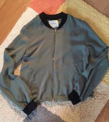 Nova Bershka svilenkasta jaknica