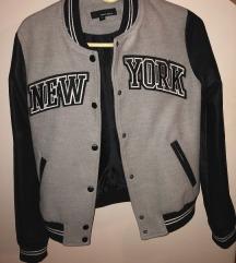 Crno siva jaknica sa natpisom