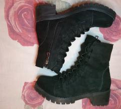 Crne nove čizme, prevrnuta koža
