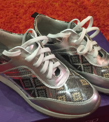 Nove srebrne patike