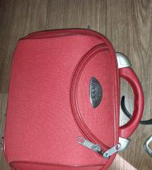 Nov kofercic crvene boje