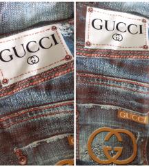Helanke sa natpisom Gucci, nacrtan teksas