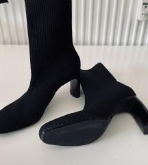 DOSTUPNO Bershka čizmice sa potpeticom
