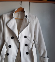 Beli kratki vuneni kaput