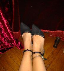 Cipele sa ukrasima od metala