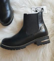 NOVE Crne kratke cizme