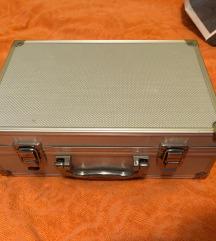 Sivi kofer za sminku