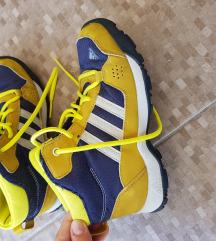 Adidas cipele za sneg broj 32