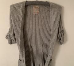 Sivi džemper na zakopčavanje