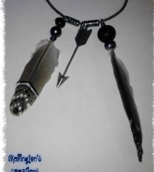 Siva ogrlica sa perom i strelom