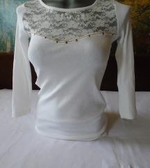 Bela majica/bluza sa detaljem od čipke