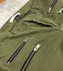 Maslinaste pantalone sa šnirevima