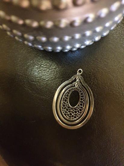 Nov veci srebrni privezak