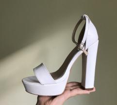 Bele štikle sa debelom potpeticom