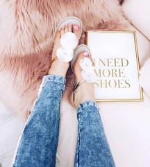 Sandalice sa belim cvetovima (25,5 cm)