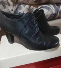 Crne cipele na malu štiklu