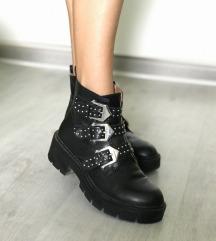 Pull&Bear crne čizme-NOVO