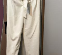 Bele pantalone na crtu