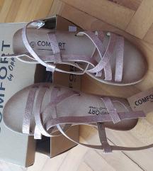 Nove sandale sa etiketom