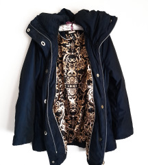 Teget jakna sa visokom kragnom
