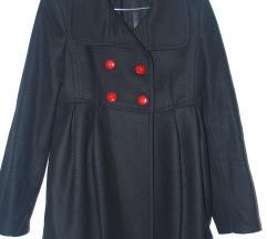 Crni kaput sa dugmicima