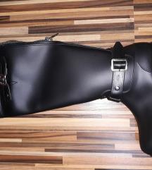 Nove crne gumene postavljene čizme