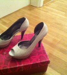 Bele cipele sa otvorenim prsstima