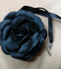 Crni choker sa ružom
