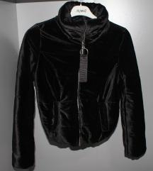 Crna plis jakna