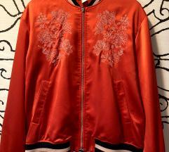Jarko crvena bomber jakna